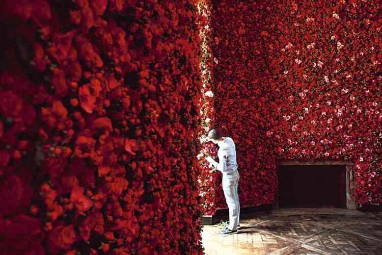 """En bas à gauche : roses, orchidées,  delphinium... 22 espèces de fleurs ont été utilisées pour le décor du défilé  Dior, le 2 juillet. """"Christian Dior était  un amoureux des fleurs. J'ai voulu  en quelque sorte transposer le jardin  de Granville à Paris."""" Photo : Dior couture"""