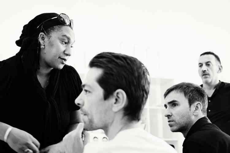 Raf Simons avec  Pieter Mulier  (au premier plan),  Maida Gregory Boina  (à gauche) et Rami  Fernandes (à droite),  directeurs de casting. Photo : Dior couture