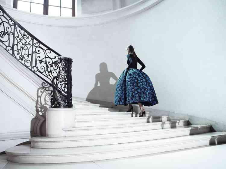 Ci-dessous,  un modèle  lors du défilé  Dior, le 2 juillet. Photo : Dior couture