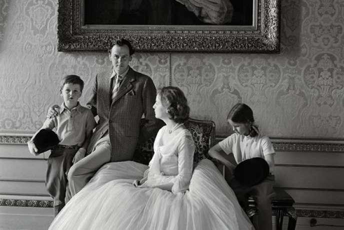 Le duc et la duchesse de Devonshire avec leurs enfants, à Chatsworth en 1952.