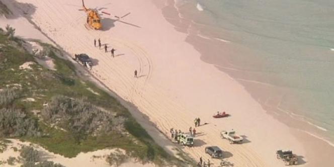 Un hélicoptère de secour sur la plage de Wedge Island, à 160 km au nord de Perth, où un surfeur a été tué par un requin, samedi 14 juillet.