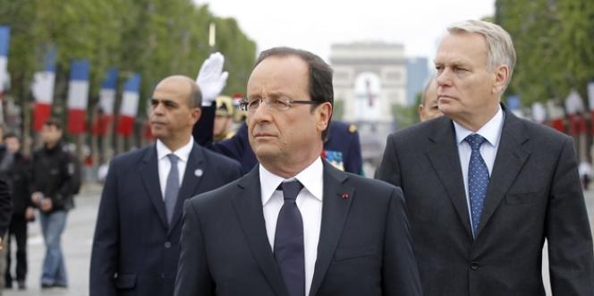 François Hollande et Jean-Marc Ayrault, lors du défilé militaire sur les Champs-Elysées, le 14 juillet 2012.