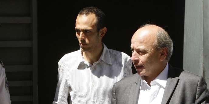 Rémy Di Gregorio, accompagné de son avocat à sa sortie de garde à vue, le 12 juillet, à Marseille.