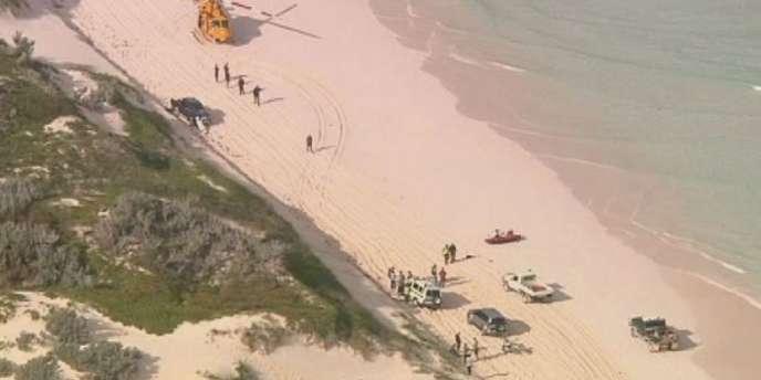 Un hélicoptère, la police et des véhicules tout-terrain sur une plage de l'île de Wedge, en Australie, où a eu lieu l'attaque meurtrière d'un requin contre un surfeur le 14 juillet 2012.