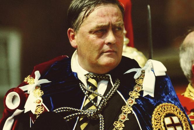 En habit de cérémonie à son arrivée,  le 16 juin 2003, au château de Windsor, lors de la journée annuelle de l'ordre de la jarretière, le plus ancien du royaume.
