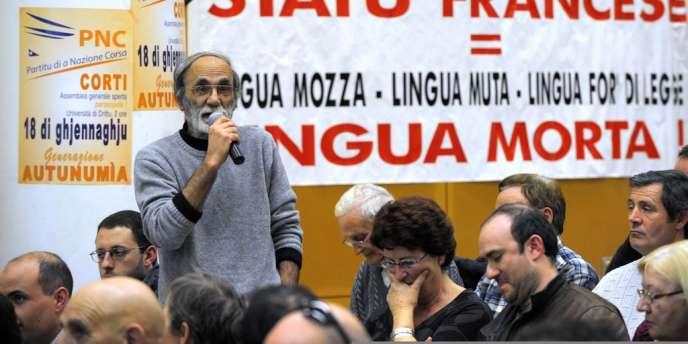 Yves Stella en janvier 2009 dans un amphithéatre de l'université de Corte, en Corse, lors l'assemblée générale du