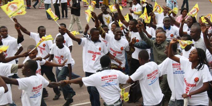 Des partisans du PCT soutiennent leur candidat, Faustin Elenga.