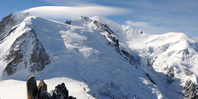 Le mont Blanc, entre le mont Maudit et le dôme du Goûter.