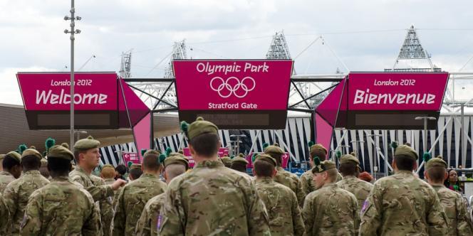 Des membres de l'armée anglaise sur le site des Jeux olympiques de Londres, le 15 juillet 2012. 3 500 soldats ont été sollicités pour remplacer les agents de sécurité que le groupe G4S n'a pas réussi à fournir.