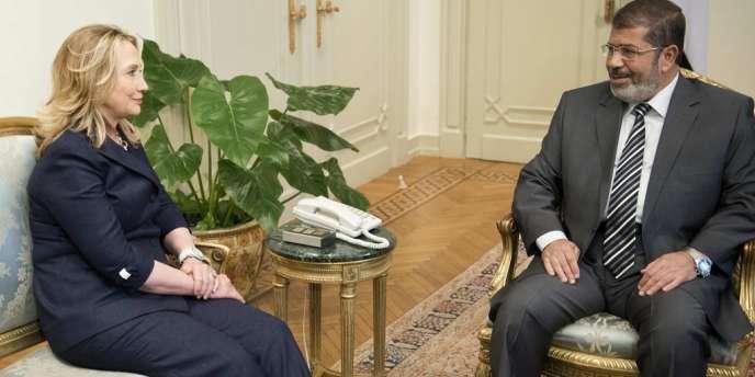 Hillary Clinton reçue par le président égyptien Mohamed Morsi au Caire, le 14 juillet.