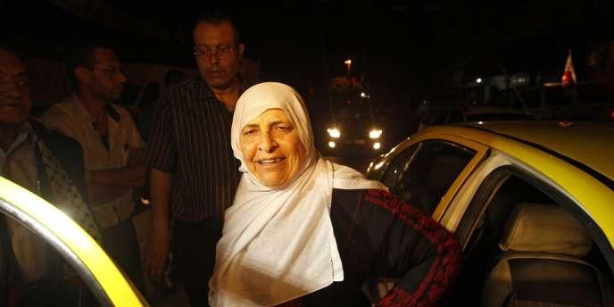 La mère d'un prisonnier palestinien s'apprête à passer la frontière israélienne pour rendre visite à son fils à la prison de Ramon.
