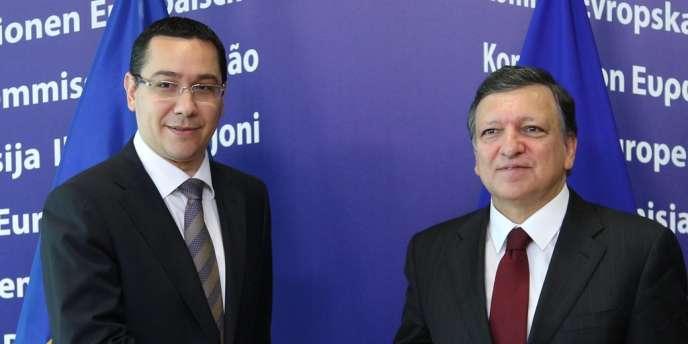 Le président de la Commission européenne, José Manuel Barroso (à droite), et le premier ministre roumain, Victor Ponta, le 12 juillet à Bruxelles.