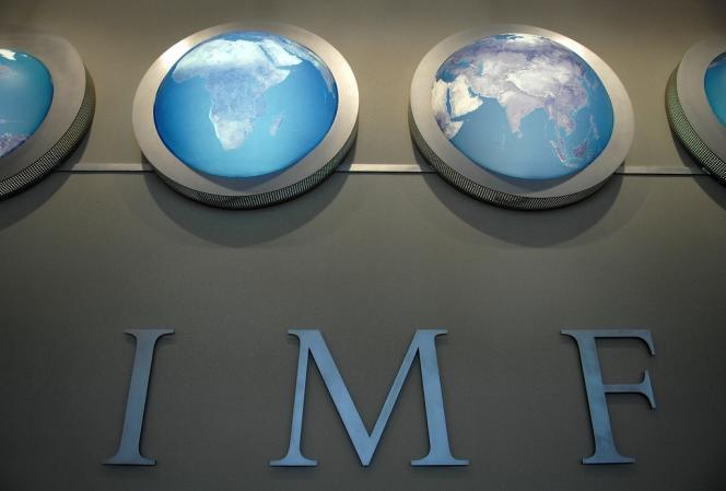 Dans son rapport sur la stabilité financière publié le 9 octobre, le FMI dresse un scénario catastrophe, où la fin brutale des rachats d'actifs de la Fed (85 milliards de dollars par mois) provoque une envolée des taux d'intérêt à long terme et une perte de 2 300 milliards de dollars pour les investisseurs détenant des obligations souveraines.