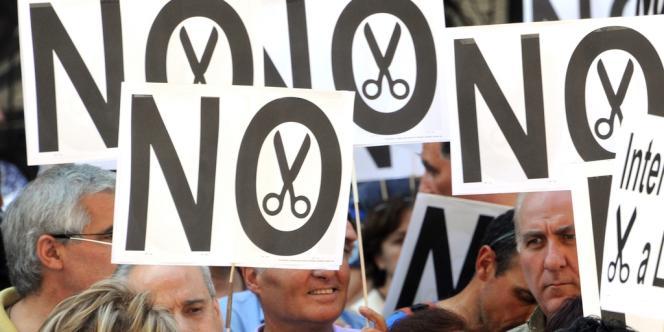 Le nombre de sans-emploi monte régulièrement, atteignant désormais le taux record de 24,63 % - ici, des fonctionnaires manifestent dans les rues de Madrid contre les mesures d'austérité.