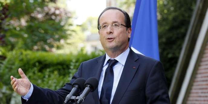 François Hollande lors d'un discours à l'issue de la visite d'une maison médicale dédiée à la fin de vie et aux soins palliatifs, le 17 juillet 2012, à Rueil-Malmaison.
