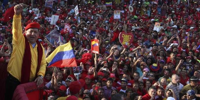 Le président vénézuelien Hugo Chavez salue ses partisans lors d'un meeting électoral à Barquisimeto, le 14 juillet.