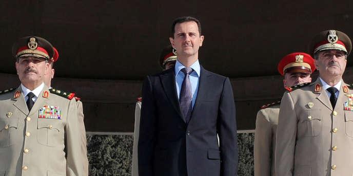 Le président syrien Bachat Al-Assad, avec à sa droite le ministre de la défense Daoud Rajha, tué dans un attentat à Damas.