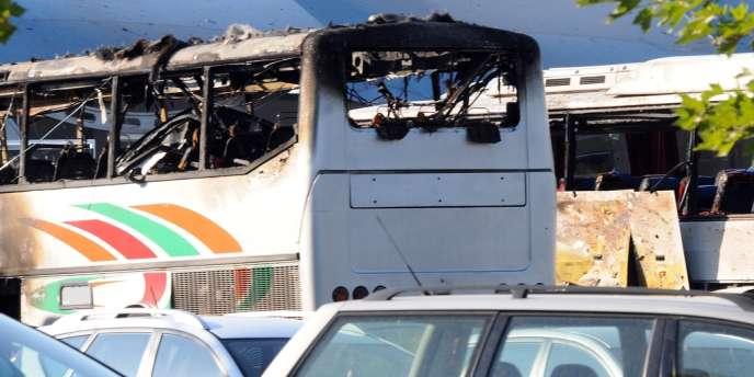 Sur cette photo, des autobus détruits par un attentat à Bourgas, en Bulgarie, le 18 juillet.