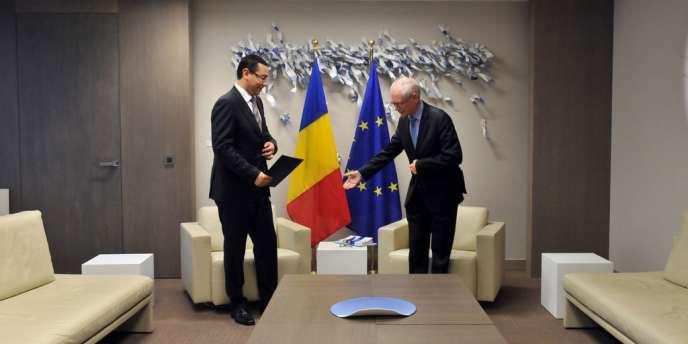 Le premier ministre roumain Victor Ponta (à gauche) et le président du Conseil européen Herman Van Rompuy, le 12 juillet, à Bruxelles.