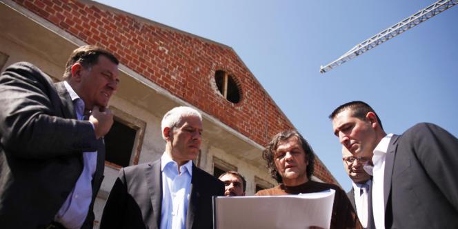 De gauuche à droite : Milorad Dodik, le président de la République serbe de Bosnie, l'ancien président Boris Tadic et le réalisateur Emir Kusturica lors d'une visite de chantier de la ville nouvelle d'Andricgrad en avril 2012.