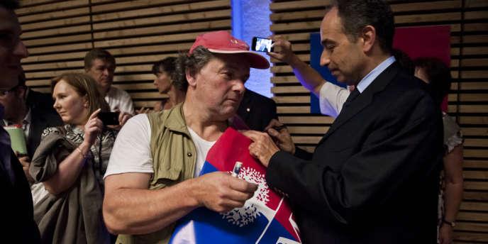 Jean-François Copé à la rencontre de militants UMP du Haut-Rhin, après son discours à Houssen, mercredi 18 juillet.