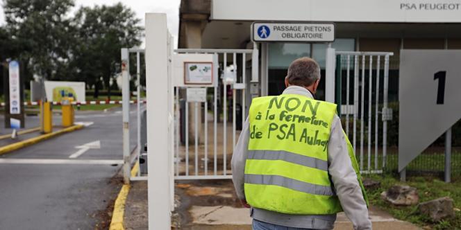 Devant le site PSA d'Aulnay-sous-Bois (Seine-Saint-Denis).