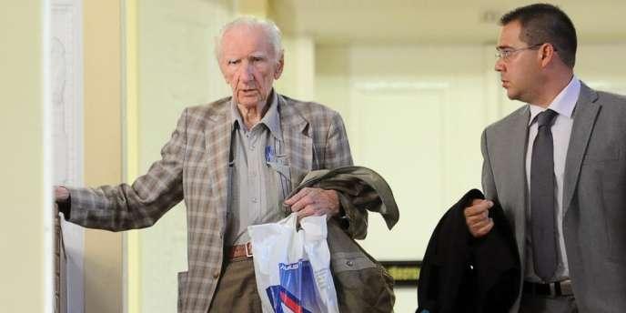 Laszlo Csatary accompagné de son avocat, à la sortie du tribunal, à Budapest, le 18 juillet.