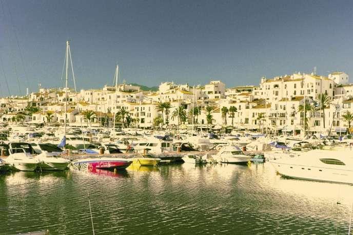La marina de Puerto Banus (Andalousie) est  le repaire des caïds français. Ils s'y cachent ou font des affaires, et dépensent l'argent amassé grâce au cannabis.