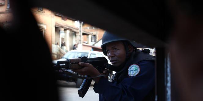Un policier prend place alors qu'une mutinerie a lieu dans un camp militaire près de l'aéroport, dimanche 22 juillet.