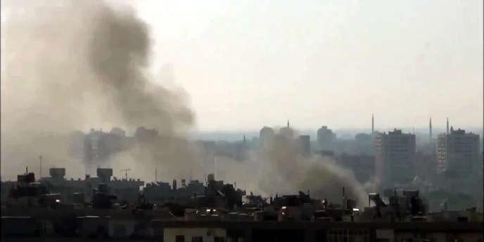 Sur cette image tirée d'une vidéo postée sur YouTube le 22 juillet, de la fumée s'échappe d'un quartier de Damas.