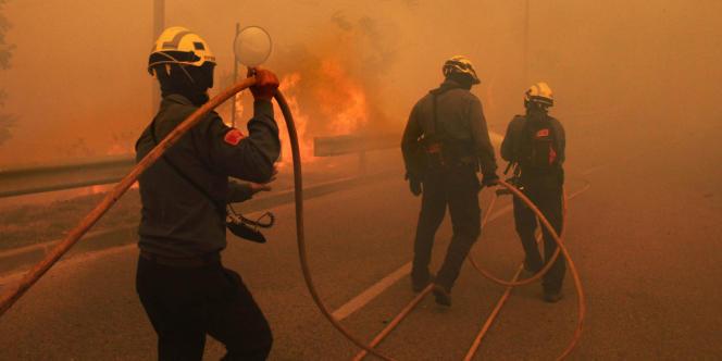 La violence du vent contrariait le travail des pompiers dimanche.
