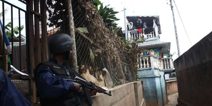 Un policier malgache lors de la mutinerie qui a éclaté dans les environs de l'aéroport de la capitale.