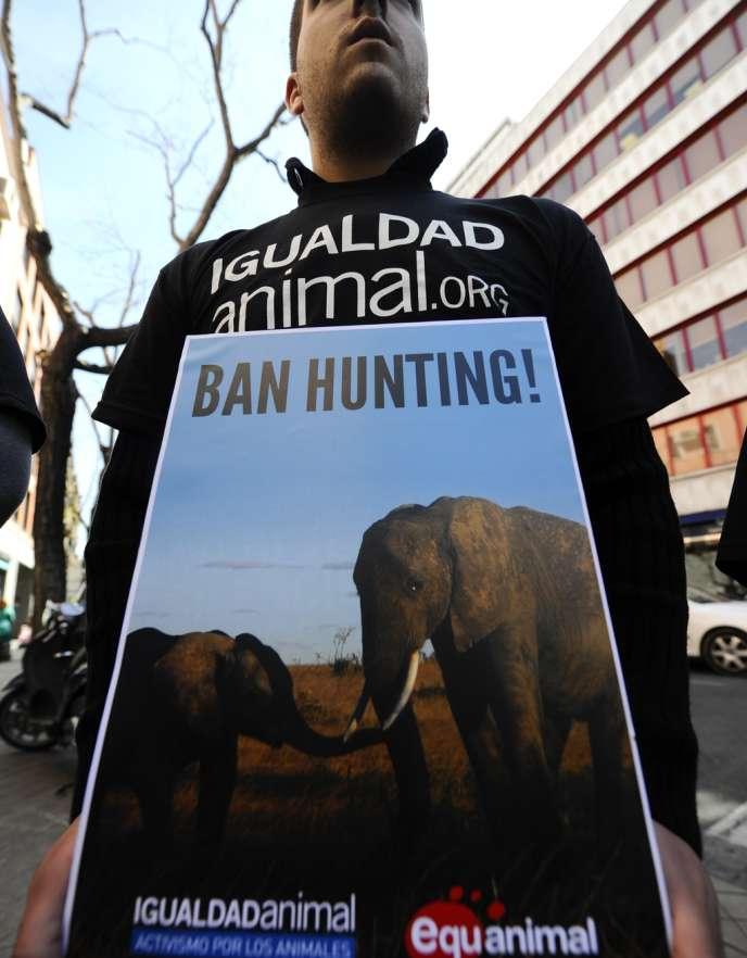 Le 17 avril en Espagne, à Madrid, des manifestants réclamaient déjà l'interdiction de la chasse, qu'affectionne le roi Juan Carlos Ier.