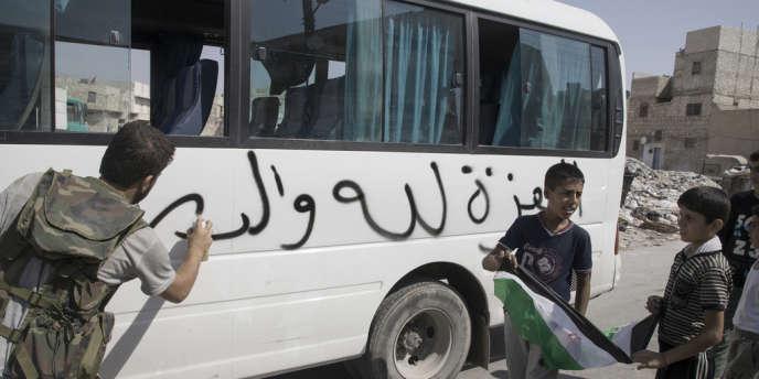 Dans le quartier libre de Sarul, à Alep, un bus de transport sur lequel est écrit : Armée syrienne libre.