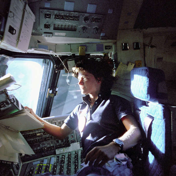 Sally Ride au poste de pilotage de la navette