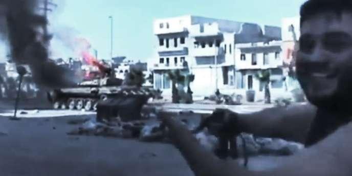 Un combattant de l'ASL montre un char de l'armée syrienne détruit, dans les rues d'Alep, le 23 juillet.