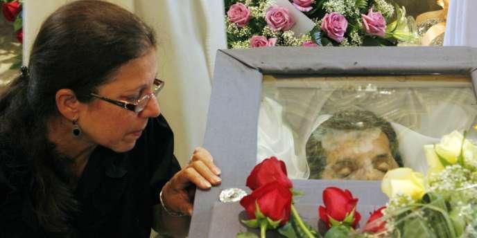 La femme d'Oswaldo Paya, Ofelia Acevedo, auprès de la dépouille de son mari, le 23 juillet à La Havanne.