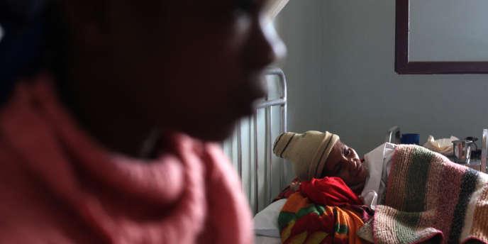 Patiente atteinte de tuberculose dans un hôpital de Tamatave (Madagascar), fin mai.