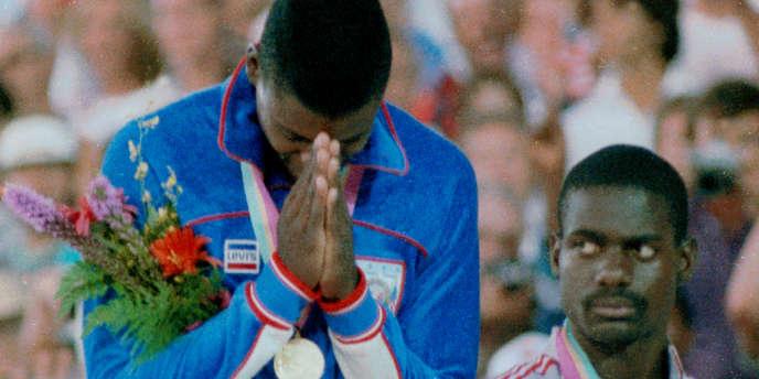 Carl Lewis (or) et Ben Johnson (bronze) lors de la cérémonie de remise de médailles du 100 m des JO de Los Angeles.