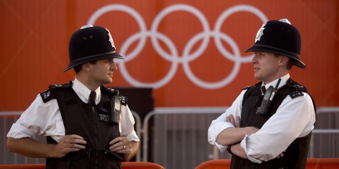 La police londonienne veille sur les anneaux olympiques.
