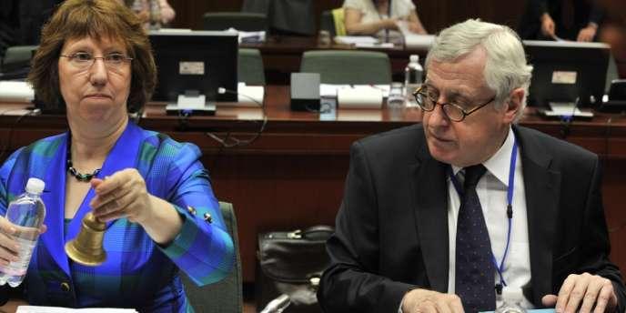 La chef de la diplomatie européenne, Catherine Ashton, et le secrétaire général aux affaires extérieures de l'UE, Pierre Vimont, avant le conseil des ministres des affaires étrangères, le 23 juillet, à Bruxelles.