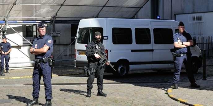 Des policiers montent la garde mardi devant le palais de justice de Lille.
