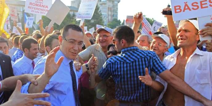 Le premier ministre roumain Victor Ponta accueilli par ses partisans lors d'un meeting en faveur de la destitution du président Traian Basescu, à Craiova, le 20 juillet.