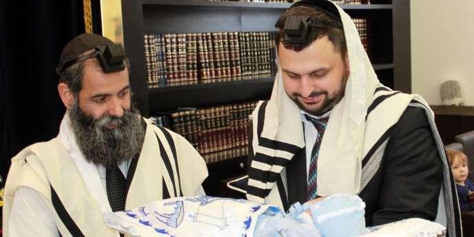 Le 29 juin, à Berlin, un père et son fils juifs avant une cérémonie de circoncision.