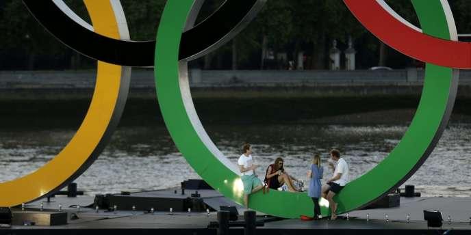 Les anneaux olympiques à Battersea Park, le 24 juillet à Londres.