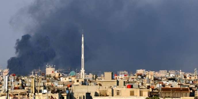 A Damas, le 18 juillet, de la fumée s'élève de la ville. Une attaque attribuée aux rebelles de l'ASL aurait tué ce jour-là plusieurs responsables des services de sécurité syrien.