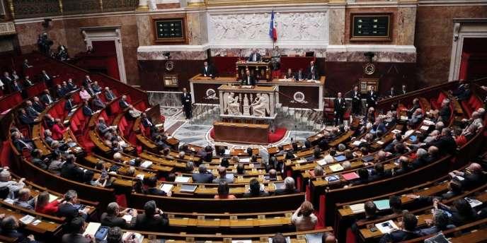 La gauche dans son ensemble a voté l'abrogation, l'UMP étant seule à la rejeter en l'absence des députés centristes.