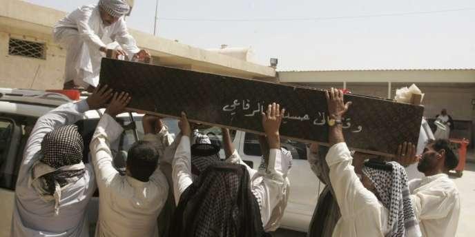 Les proches d'une victime des attentats de lundi 23 juillet en Irak transportent un cercueil avant les funérailles.