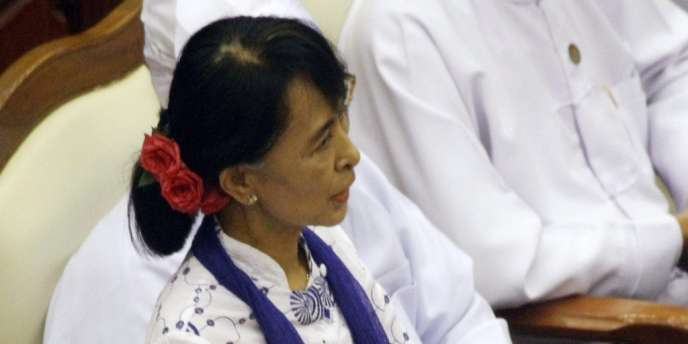 La chef de file de l'opposition birmane Aung San Suu Kyi, lors de sa première prise de parole devant le Parlement.