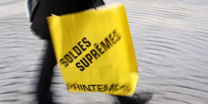 Concernant les soldes, enseignes populaires et grands magasins affichent une hausse de 10% à 15% des ventes.